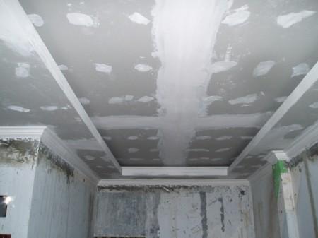 Фото процесса шпаклевки потолка