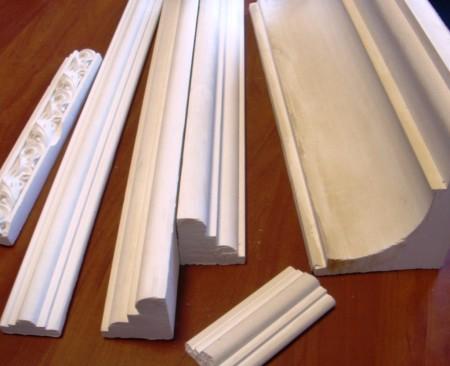 Резиновый молдинг для полотна натяжного потолочного покрытия – это практичный вариант. Крепление осуществляется на стену и не требует особых усилий