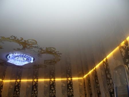 Монтаж светодиодного осветительного прибора непосредственно под потолок. Пленка должна пропускать свет, тогда эффект будет достигнут