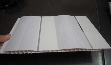 Профиль для потолка из пластика соединяется без образования швов – это хороший вариант взамен дорогостоящего натяжного потолка