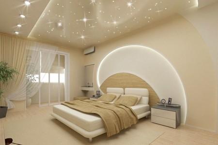 Спальная комната и неординарный натяжной потолок с эффектной организацией света