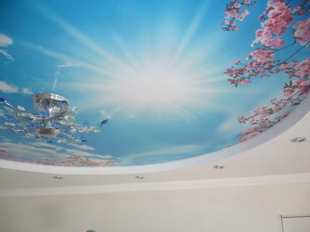 Один из вариантов лакового натяжного потолка – красиво и стильно