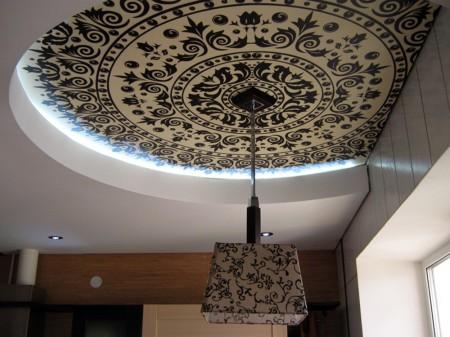 Фото потолка сделанного при помощи монтажа металлоконструкции, главное место занимает люстра