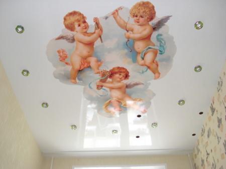 Три ангела, напечатанные на основе белого цвета
