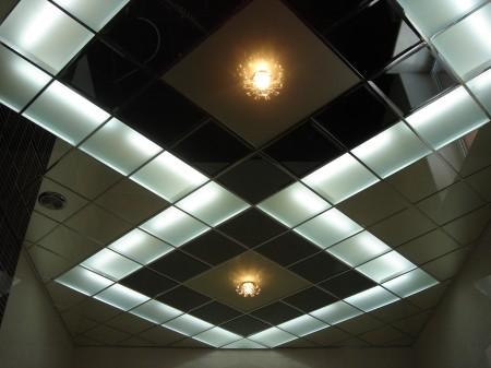 Пример оформления потолка с помощью кассетной системы