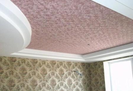 Замшевый многоуровневый потолок в дизайне в зале с лампами и другими источниками света