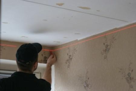 Фото выполнения разметки для монтажа потолка
