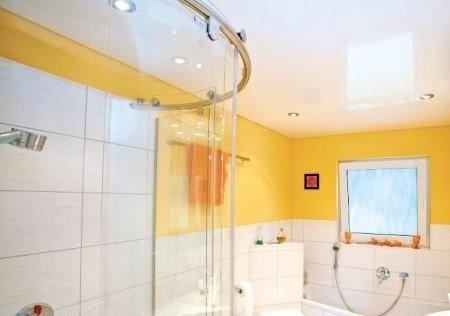 Облицовка потолка ванной белой натяжной системой