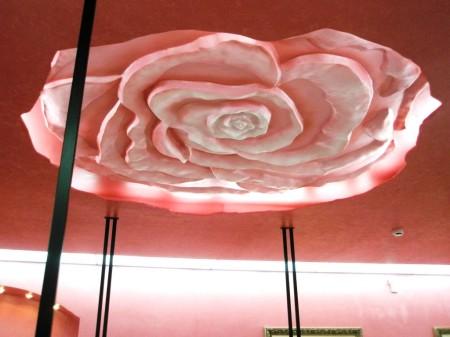 Красивая роза на потолке с элегантной подсветкой