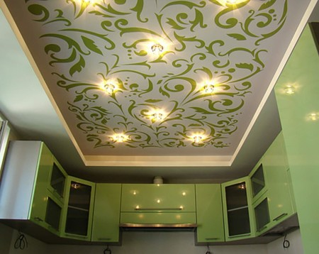 Интересный натяжной потолок с растительным орнаментом для кухни