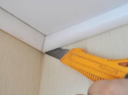 Процесс демонтажа потолочного элемента декора