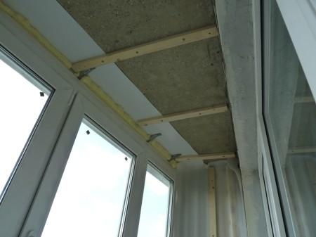 Обрешетка для потолка на балконе