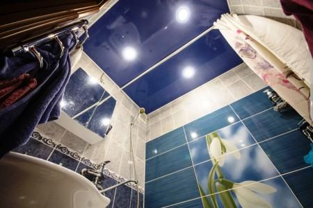 Цветное лаковое потолочное покрытие отлично гармонирует с расцветкой стен