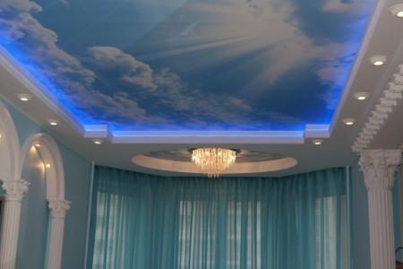 Двух уровневый потолок с изображением облаков