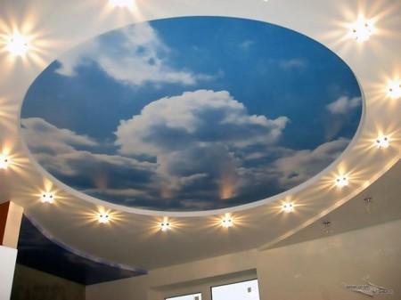 Фото натяжного потолка с изображением облаков и подсветкой под потолком