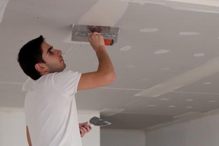 Шпаклевка потолка в процессе работы