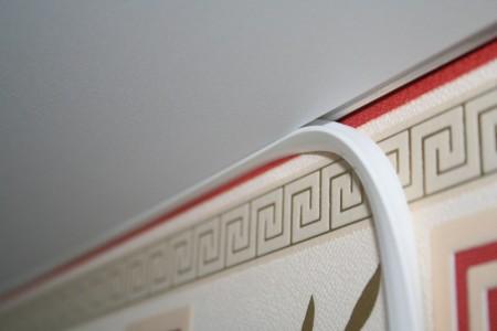 Профиль в виде багета – интересный вариант для скрытия щелей на стыках между потолком и стенами. Полотно засияет новыми красками, вне зависимости от материала, а крепление не вызовет сложностей