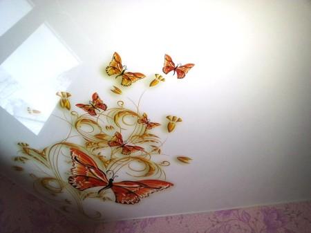 Нежный фон и бабочки – отличная идея для помещения детской