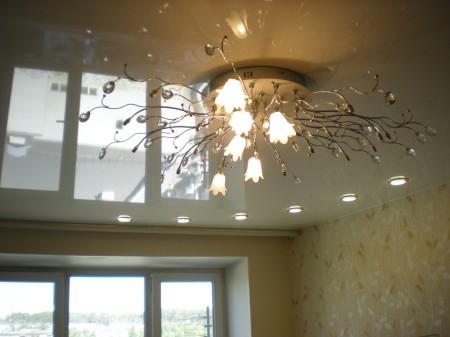 Лампочка на натяжной конструкции