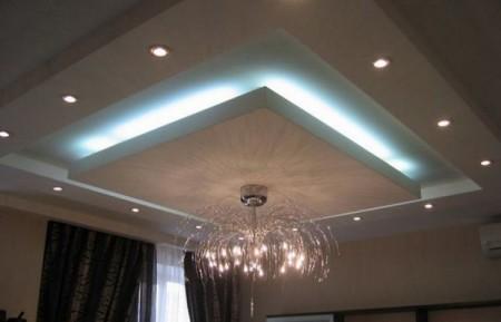 Скрытое освещение и отсутствие визуального соединения локальной конструкции с потолком делает ее парящей в воздухе