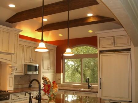 Оригинальный вид потолка с декоративными элементами и полотном