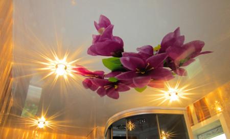 Натяжной потолок для ванны с фотопечатью в виде цветка