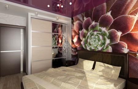 Интерьер спальни с темно-бордовым натяжным потолком и фотопечатью на стенах в качестве обоев