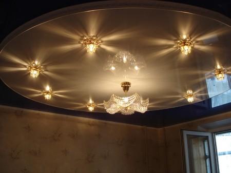 Фото с интересным вариантом освещения натяжного потолка для зала