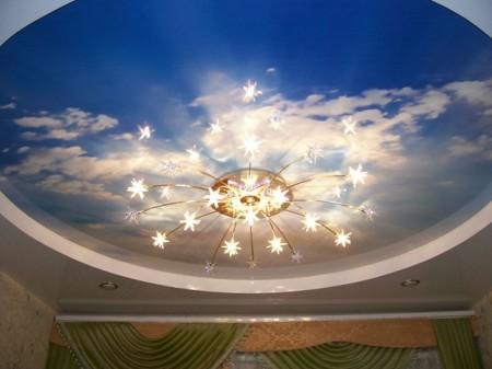 Фото натяжного потолка в виде неба с облаками и освещением люстрой