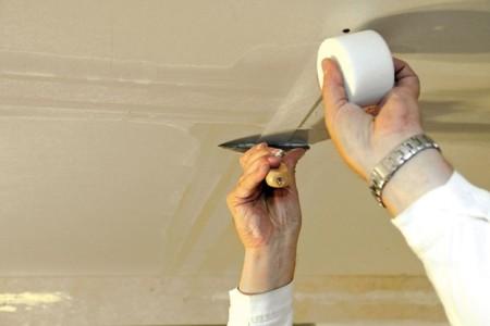 Работа со швами в процессе шпаклевки потолка