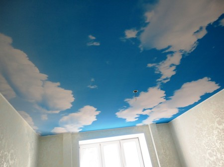 Голубое небо – отличный дизайн для натяжного потолочного покрытия