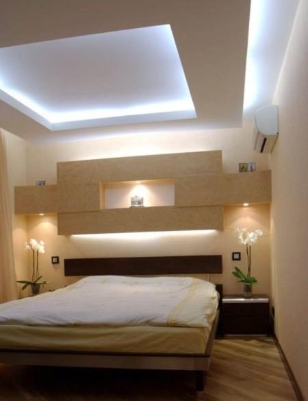 Конструкция с подсветкой в оформлении спальни