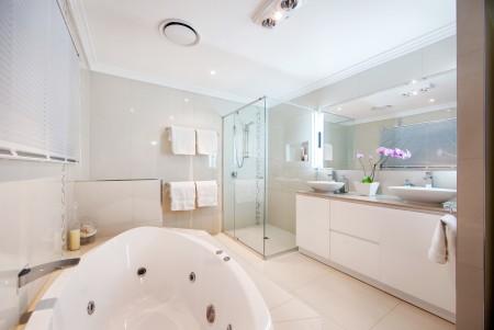 Ванная комната и оригинальное решение на подвесной потолок из гипсокартона