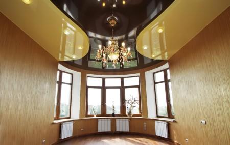 Люстра в интерьере с высокими потолками
