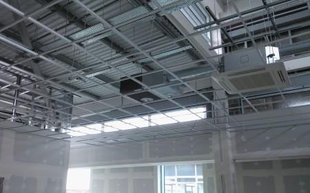 Закрепленные под потолком металлические профили