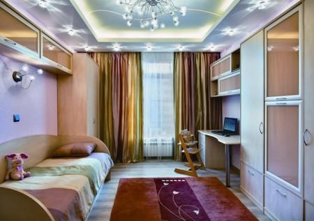 Интерьер помещения с двух уровневым потолком