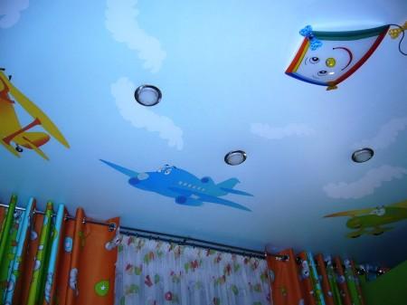 Потолочное покрытие в детской для малышей – интересная идея
