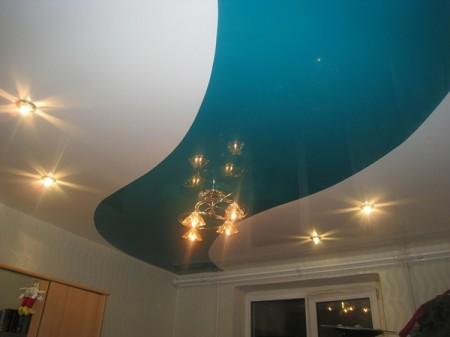 Натяжной потолок с разноцветными полосами