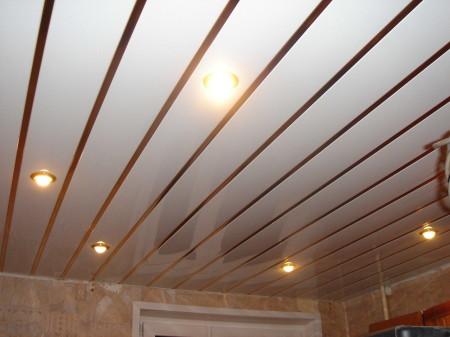 Кухонный потолок из ПВХ-панелей