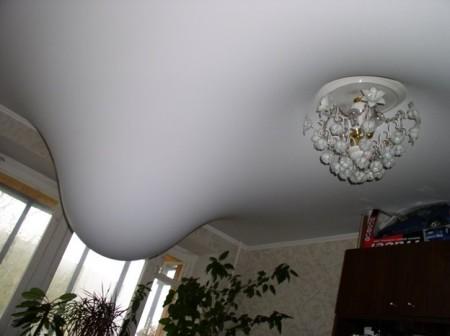 Внешний вид протечки от соседей в натяжном потолке