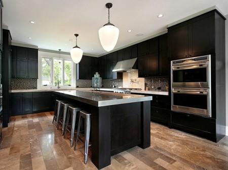 Один из вариантов интерьера кухни с натяжным потолком