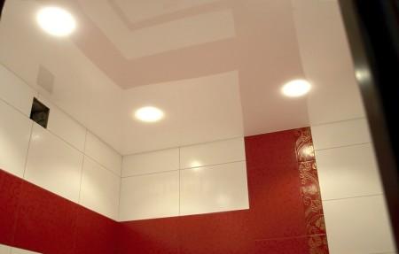 Оптимальный вариант – натяжная потолочная конструкция с зеркальной, глянцевой поверхностью