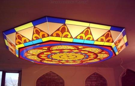 Конструкция потолка армстронг может иметь объемный витражный сегмент с подсветкой