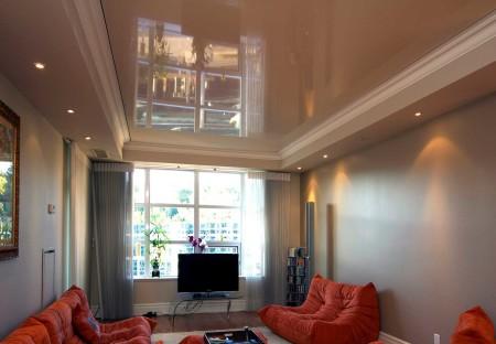 Привлекательный дизайн для гостевой комнаты, где натяжной потолок – ключевой момент дизайна