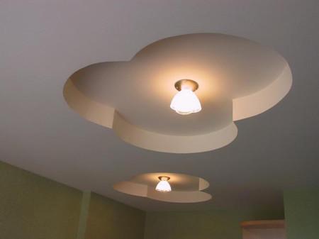 Пример двухуровневой конструкции с акцентом на светильники