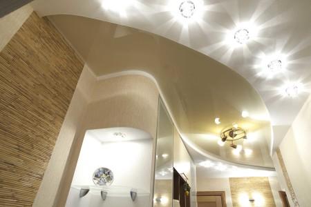 Натяжной потолок и необычная лампочка в интерьере прихожей