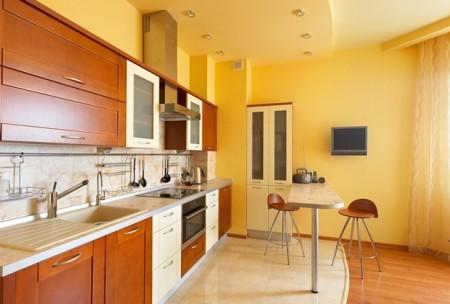 Цветной потолок в интерьере кухни