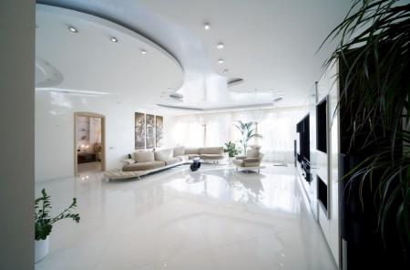 Фото варианта визуального увеличения помещения за счет эффектного дизайна натяжного потолка