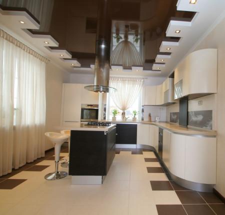 Готовый натяжной потолок в интерьере, который создан на основе гипсокартона и натяжного полотна