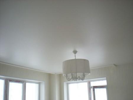 Белый натяжной потолок с сатиновой фактурой обладает легким отражающим эффектом